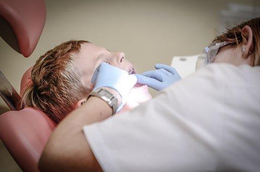 Croire à ces 9 mythes sur le détartrage dentaire vous empêche de grandir.